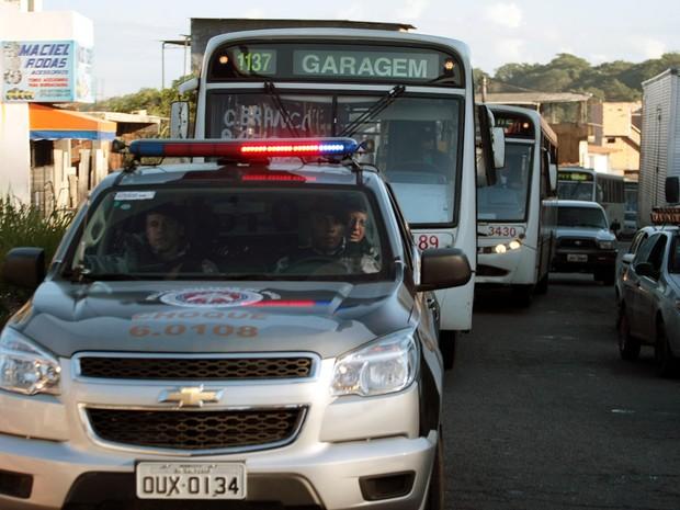 Policiais militares garantem a saída dos   ônibus da frota regular das garagens e   realizam a escolta pelas ruas de Salvador (Foto: Edson Ruiz/COOFIAV/Estadão Conteúdo)