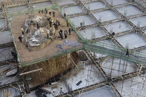 Túmulo ficava em meio a prédio em construção na China (Foto: Reuters)