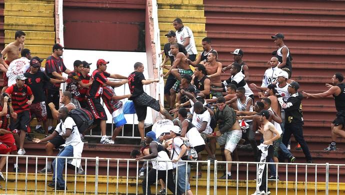 confusão torcida Atlético-PR e Vasco jogo (Foto  Geraldo Bubniak   Agência  Estado Briga ... 2ccf9d574ab62