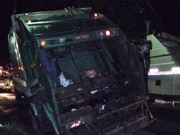 Caminhão é engolido por asfalto na Rua Piantinos, em Passos (Foto: Helder Almeida / Clic Folha)