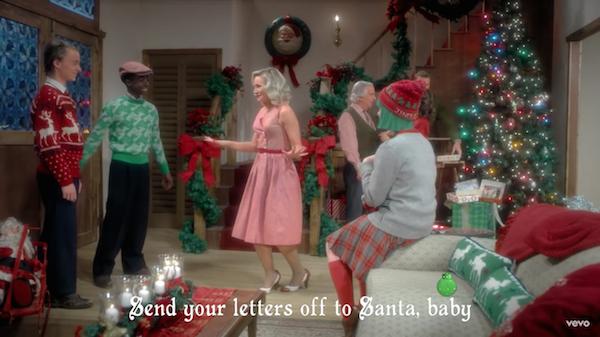A atriz Kristen Bell e outros atores no clipe da cnatora Sia (Foto: Reprodução)