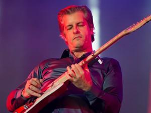 Vitor faz solo de guitarra durante show na Festa do Peão de Barretos (Foto: Érico Andrade/G1)