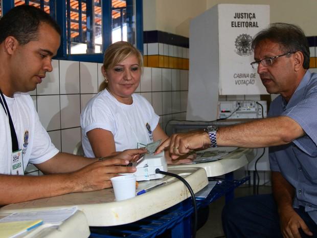 Marcelo Miranda, candidato do PMDB ao governo do Tocantins, votou em Araguaína (Foto: Pedro Barbosa/Divulgação)