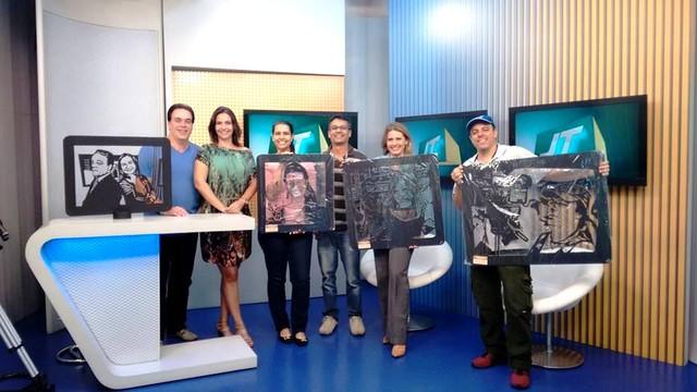 Funcionários da TV Tribuna mostram as esculturas de Anderson Camargo (Foto: Arquivo Pessoal)