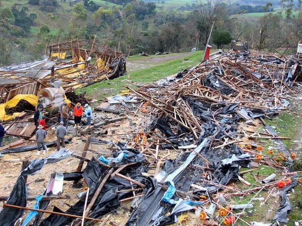 Na área rural de Francisco Beltrão, no sudoeste do Paraná, o vento derrubou barracões e aviários (Foto: PMFB / Divulgação)