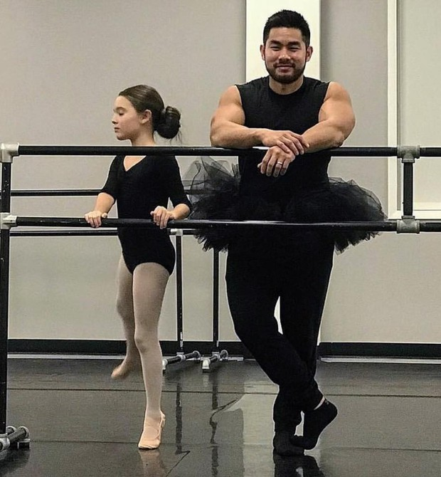 Thanh e a filha na aula de ballet (Foto: Reprodução Facebook)