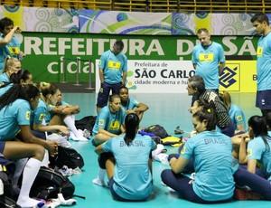 Zé Roberto conversa com time em treino do Pré-Olímpico (Foto: Alexandre Arruda / CBV)