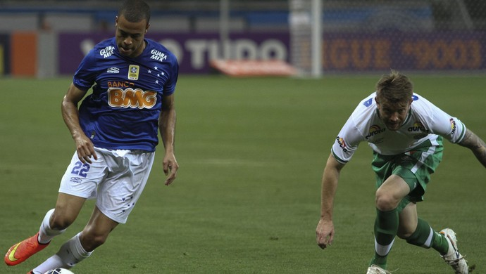 Mayke, lateral direito do Cruzeiro (Foto: Gualter Naves/Light Press)