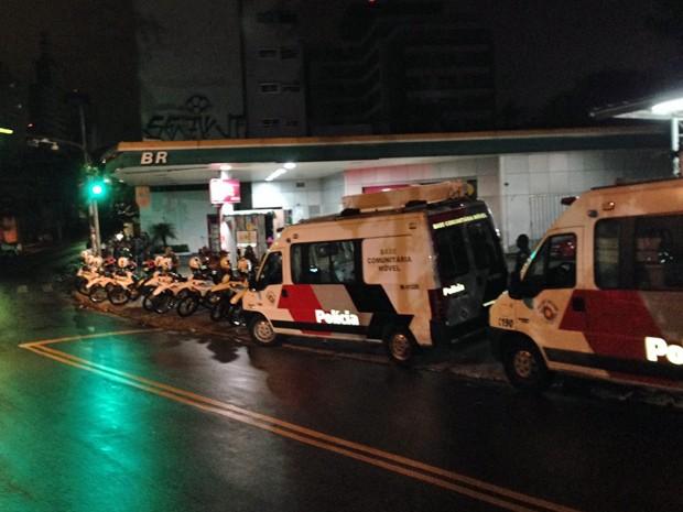 Posto de combustível na Rua Inácio Pereira da Rocha isolado por um cordão de policiamento na madrugada desta segunda-feira (Foto: G1/G1)