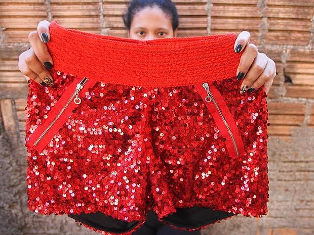 Jovem exibe shorts que usou quando sentou no colo de um gogo boy (Foto: Marcos Leandro/Tribuna Impressa)