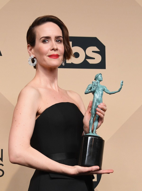 A atriz Sarah Paulson com o troféu do Screen Actors Guild Awards (Foto: Getty Images)
