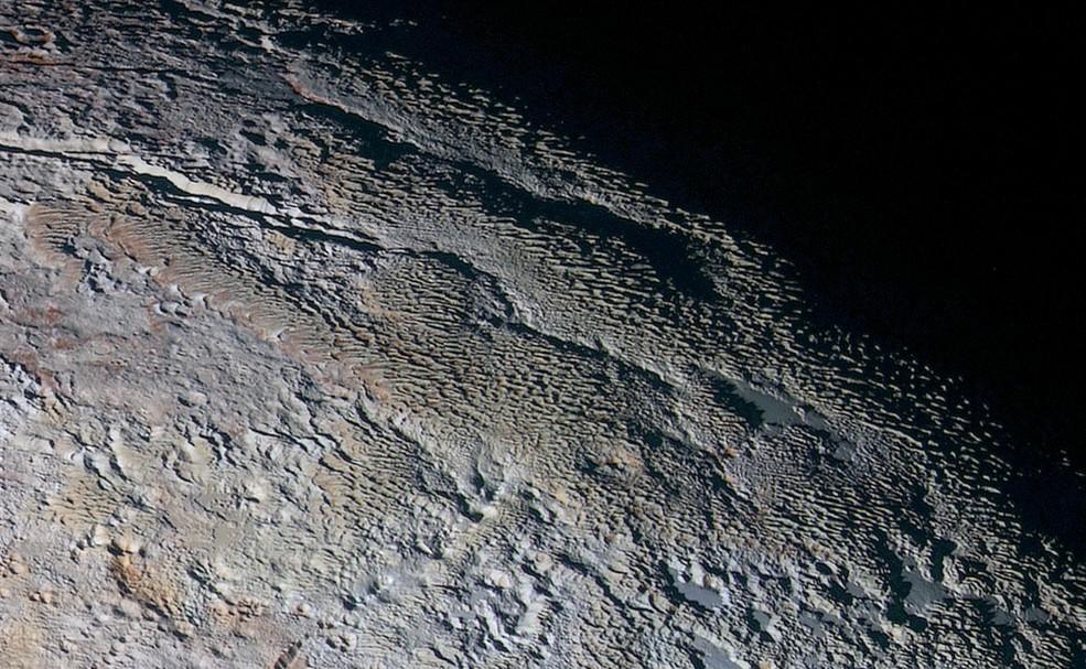 Novas imagens mostram detalhes da topografia de Plutão