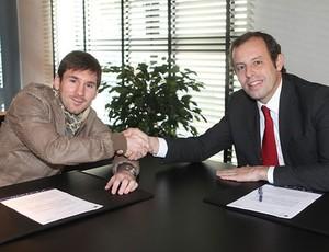 messi assina barcelona (Foto: Miguel Ruiz/Site Oficial Barcelona)