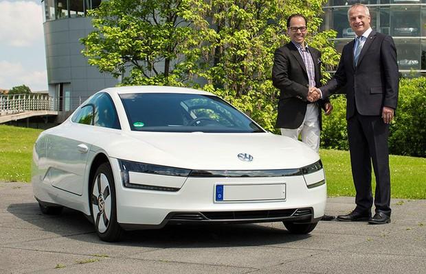 Volkswagen entrega primeira unidade do híbrido XL1 (Foto: Divulgação)