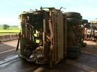 Caminhão de lixo tomba em Ribeirão Preto e causa congestionamento