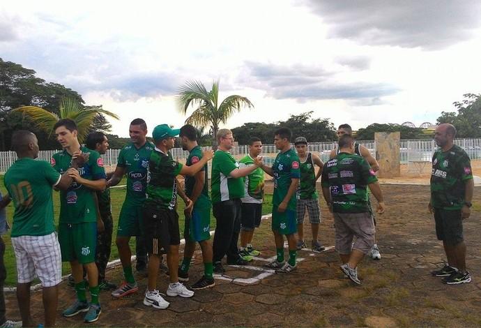 Ale, Clebão, Ernando e Renan Dourado cumprimentam torcida no CT Uberlândia Esporte Clube (Foto: Lucas Papel)