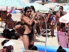 Ana Lima esbanja sensualidade em dia de praia no Leblon