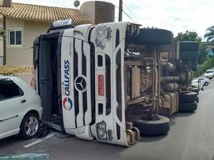Seguradora deve remover carreta, que tem placas de Xanxerê (Foto: Sandro Devens/Atual FM)