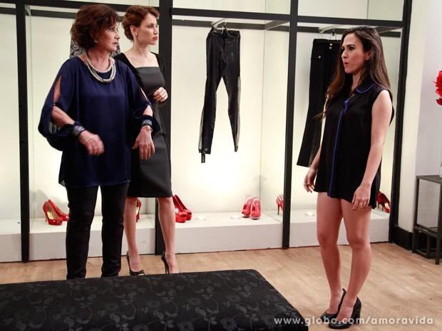 Valdirene gosta do vestido, mas....Ops! Era só uma blusa. (Foto: Ellen Soares/Site Amor à Vida)