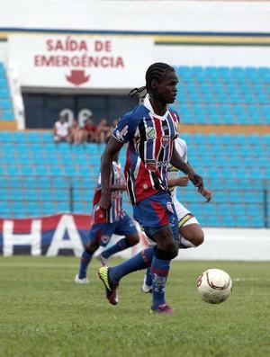Dinho foi titular nos últimos jogos, mas ficou fora do time na primeira partida contra o Viana (Foto: Douglas Junior/O Estado)