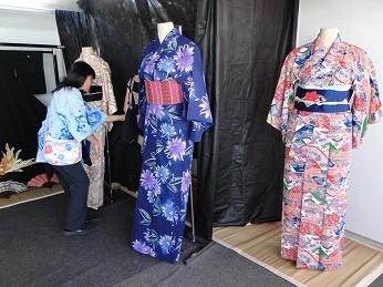 Exposição de roupas no Festival do Japão Brasília  (Foto: Nelson Uema/Divulgação)
