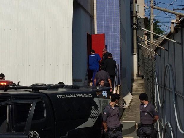 Lombrigão chega ao julgamento (Foto: Fiorela Gomes/ CBN Vitória)