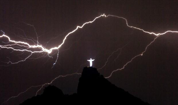 Dedo do Cristo Redentor é danificado por raios durante temporal no Rio