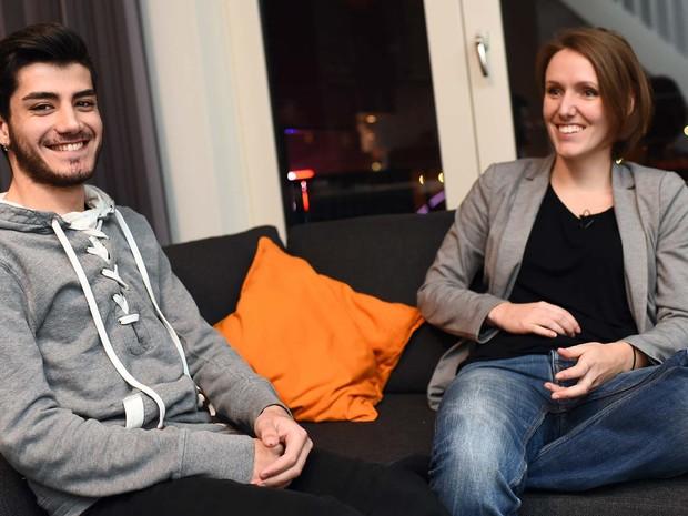 Omar, refugiado sírio de 20 anos, ao lado de Lianda, holandesa que o hospeda em sua casa (Foto: EMMANUEL DUNAND / AFP)