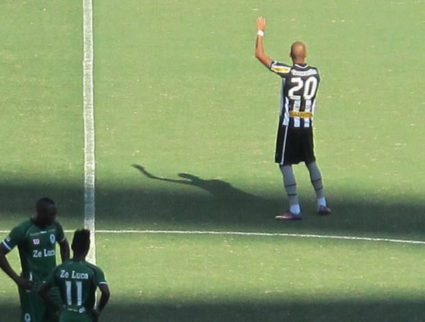 Rafael Marques tem o nome gritado pela torcida (Foto: Thales Soares)