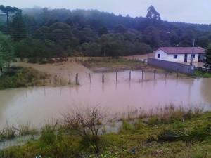 Moradores de Rio Azul, nos Campos Gerais, sofreram com a chuva. (Foto: Vanuza de Quadros/VC no G1)