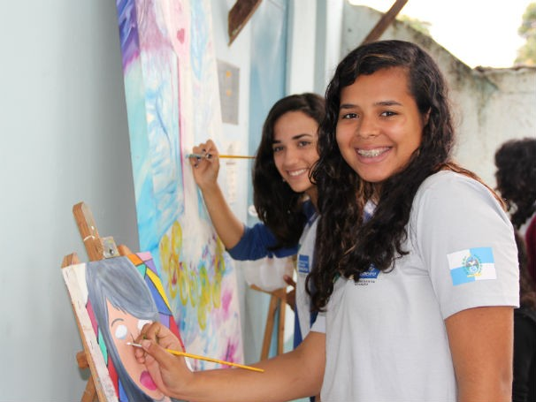 Jovens aprendem e se divertem na oficina de arte do Colégio Estadual Almirante Tamandaré (Foto: Divulgação/Alessandra de Paula)