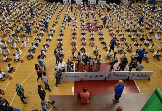 Crianças sentadas diante do palco para a aula de Durant (Foto: AFP)