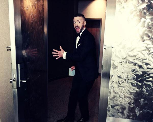 Justin Timberlake brinca depois da premiação (Foto: Reprodução/Instagram)