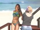 Ex-BBB Adriana posa de biquíni e exibe boa forma em praia carioca