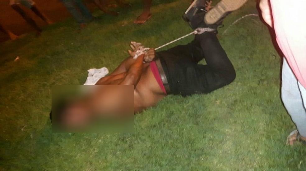 Homem foi amarrado por moradores (Foto: Folha do Bico/Divulgação)