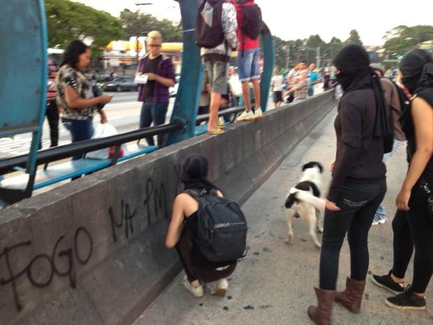 Mascarados fazem pichação na Zona Sul (Foto: Marcelo Mora/G1)