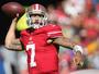 """Após críticas, jogador da NFL repetirá protesto: """"Vou continuar sentado"""""""