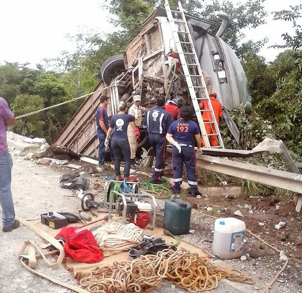Veículo atrevessou a barreira de proteção da BR-010 (Foto: Divulgação / PRF-MA)
