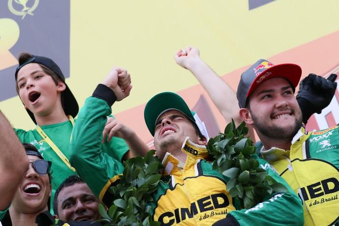 Marcos Gomes comemora aliviado o título da Stock Car (Foto: Duda Bairros)