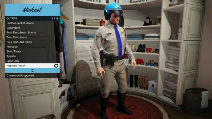 Jogando como policial em GTA 5: pegue a roupa nova no closet (Foto: Reprodução/Thomas Schulze)
