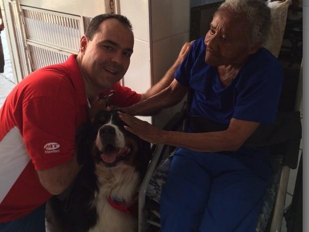 Cães fazem cinoterapia em hospital e lar de idosos em Piracicaba (Foto: Ricardo Cançado/Arquivo pessoal)