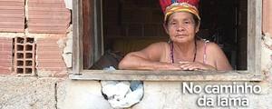 Índios choram morte do watu,  ou Rio Doce, em aldeia no ES (Flávia Mantovani/G1)