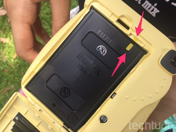 Posicione o filme com as duas faixas amarelas lado a lado (Foto: Lucas Mendes/TechTudo)