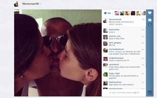 Emerson Sheik publica foto de beijo triplo (Foto: Reprodução Internet)