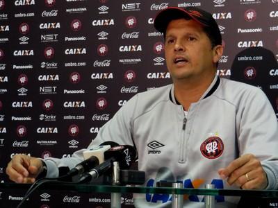Claudinei Oliveira, técnico do Atlético-PR (Foto: Fernando Freire)