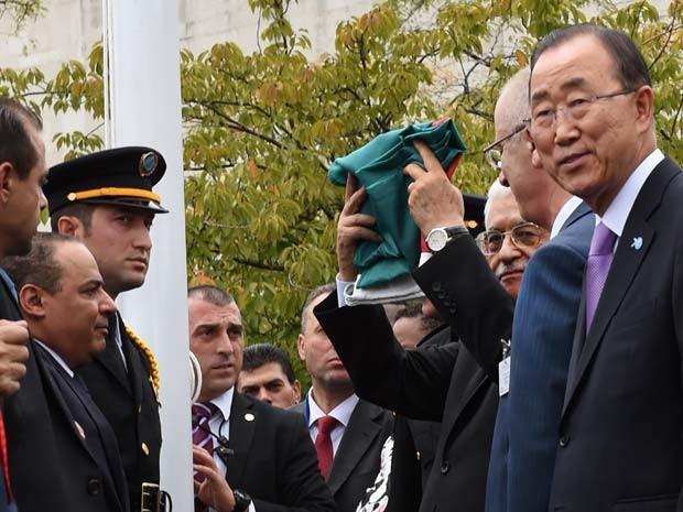 O secretário-geral da ONU Ban Ki-moon participa ao lado do presidente da Autoridade Palestina Mahmoud Abbas do hasteamento da bandeira palestina na sede da ONU (Foto: AFP PHOTO / TIMOTHY A. CLARY)