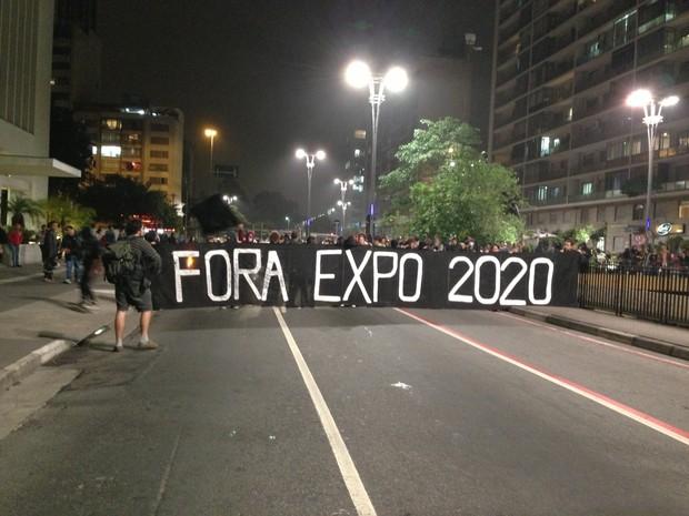 Cartaz contra a realização da Expo 2020 em São Paulo (Foto: Marcelo Mora/G1)