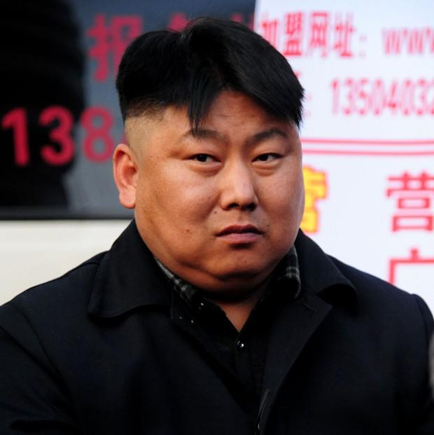 'Clone' de ditador norte-coreano é visto vendendo churrasco na China (Foto:  STR/AFP)