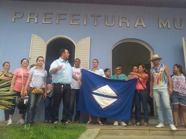 Professores pedem pagamento de salário e 13º de 2012. (Foto: Flávia Martins Camilo)