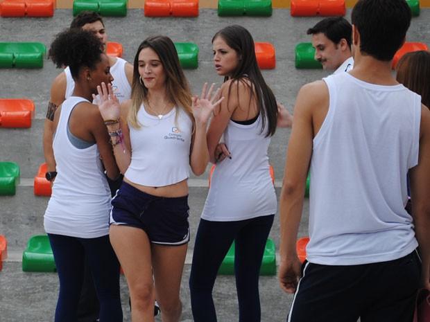 Fatinha se diverte com as reações (Foto: Malhação / Tv Globo)